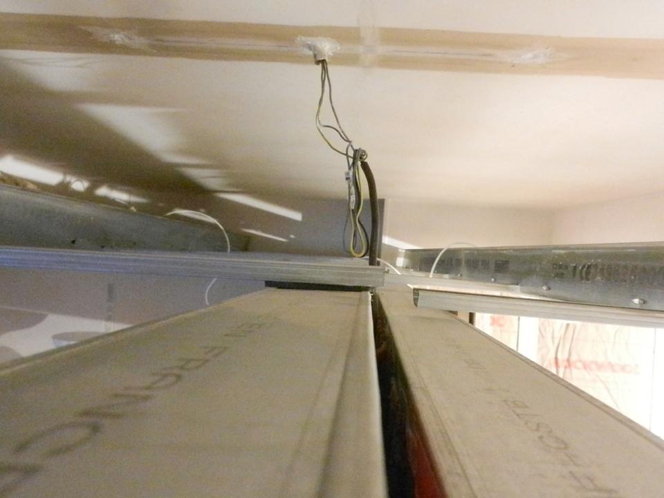 Structure métallique plafond avec bande de désolidarisation
