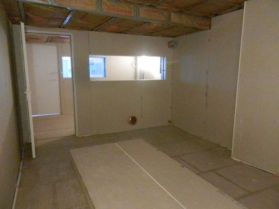 Murs plâtrés du studio et de la régie